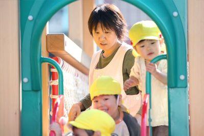園庭やお部屋で遊んだり子ども達とゆっくり過ごせる預かり保育の先生を募集している幼稚園