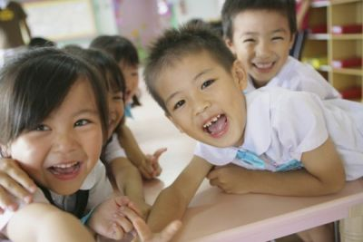 広い園庭でのびのびと自由に遊び、整った環境での一斉活動を行っている幼稚園