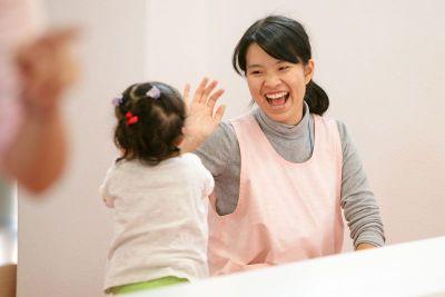 子育てと両立しながら勤務している30代・40代の先生も多い認可保育園(0歳児6名、1歳児15名、2歳児18名、3歳児23名、4歳児23名、5歳児24名 計110名)