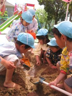 子ども達がどろんこになってあそぶ元気な幼稚園