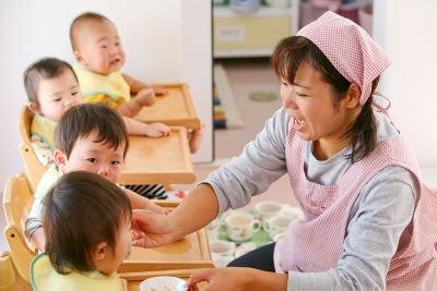 8:00~17:00または9:00~18:00固定時間勤務で乳児さんのみのアットホームな小規模保育園