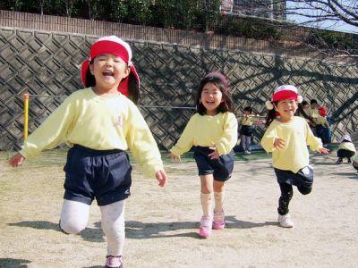 広い園庭でのびのびと遊び、 一斉活動とバランスよく活動している幼稚園