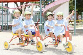 広い園庭では毎日こども達が元気に走り回り のびのびと保育をしている幼稚園