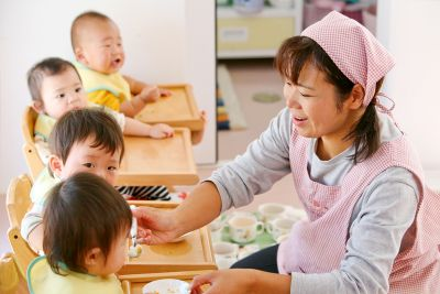 広い園庭でのびのびと遊んだり、子どもたち同士の関わり合いを大切にした認可保育園