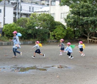 広い園庭で先生たちも一緒になって遊びもたくさんしている幼稚園