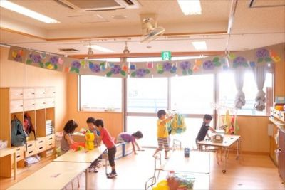 子育て中の30代・40代の先生も多いため、お休みなどもお互いに協力し合える環境の認可保育園(0歳児9名、1歳児15名、2歳児24名、3歳児24名、4歳児24名、5歳児24名 合計120名)